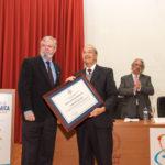 Antonio Macho, Decano-Presidente del Consejo General de Colegios Oficiales de Químicos de España (izda.) entrega el Premio a la Excelencia Química 2016 a Sebastián Delgado Díaz